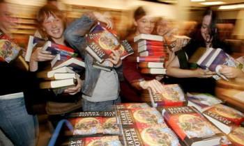 Fans-buy-copies-of-Harry--002