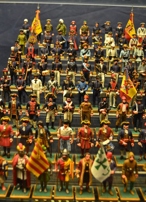 These model soldiers show the uniforms of the Spanish navy through the ages.