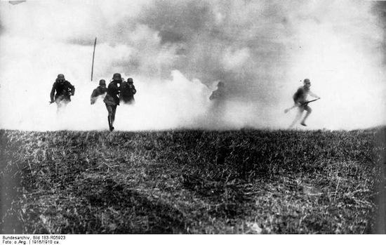 Bundesarchiv_Bild_183-R05923,_Flandern,_deutsche_Soldaten_in_Gasangriff