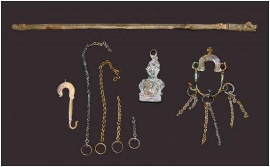 28. Merchant's scale with counterweight of bust of the goddess Athena -® Soprintendenza per i Beni culturali e ambientali di Trapani, Museo Civico di Castelvetrano