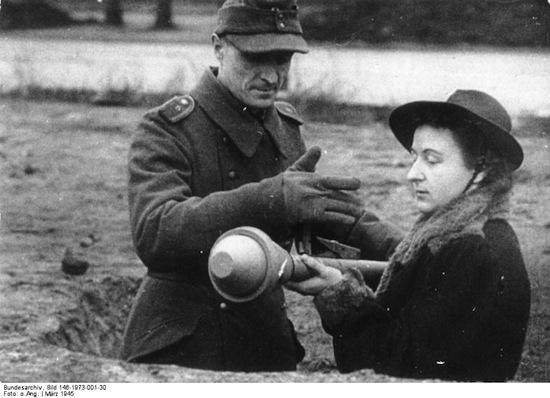 Volkssturm, Frau mit Panzerfaust