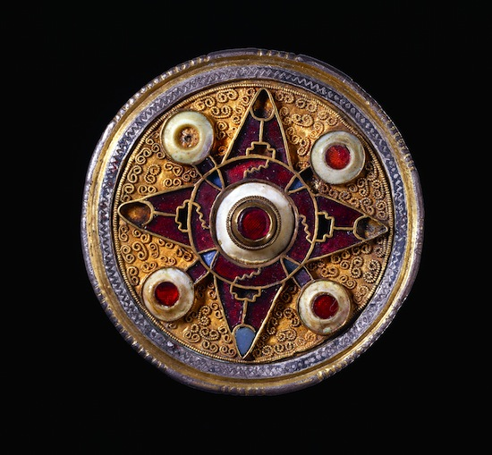 broche-de-wingham-575-625-inglaterra-plata-dorada-granates-vidrio-azul-concha-c-the-trustees-of-the-british-museum-201